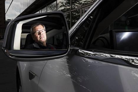 """Taksinkuljettaja Ari Nyyssönen on ajanut Tesla Model S:llä yli 400000 kilometriä. """"Kyllä tätä on korjattukin"""", hän sanoo."""