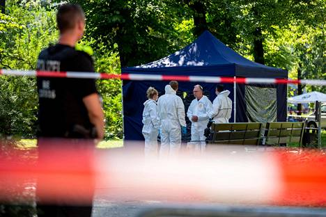 Poliisi tutki Zelimhan Hangošvilin murhapaikkaa berliiniläissä puistossa elokuun lopulla.