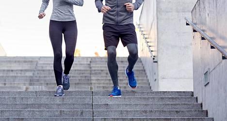 Portaiden nousemisen hyödyt tunnetaan, mutta myös portaiden laskeutuminen panee lihakset töihin.