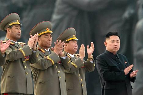 Vaikka Pohjois-Korea on osoittanut olevansa uhoamisen mestari, tilanteen pelätään olevan nyt niin herkkä, että yksikin väärä askel voi johtaa vakavaan konfliktiin. Kuva Pohjois-Korean johtajassta Kim Jong-Unista (oik.) viime keväältä.