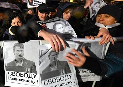 Venäläiset aktivistit osoittivat mieltään Leonid Razvozžajevin puolesta Moskovassa lokakuun lopussa.