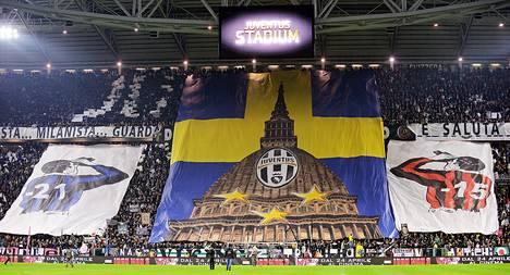 Juventuksen ja AC Milanin kannatttajat olivat levittäneet lakanansa  katsomossa ennen joukkueiden ottelun alkua huhtikuussa Torinossa.