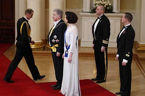 Tasavallan presidentti Sauli Niinistö ja rouva Jenni Haukio valmistautuivat kättelemään.