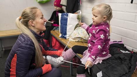 Anna Leinonen osaisi sitoa nelivuotiaan Miljan luistimet vaikka unissaan.