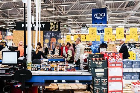 Sataman Superalko-myymälässä kuului tiistaina iltapäivällä lähinnä suomea. Sisäänkäynnin yhteyteen oli asetettu myyntiin 5 litran kanistereita pinnoille tarkoitettua desinfiointiainetta 19,90 euron hintaan.
