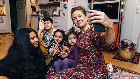 Eedla, Riiko, Keesia ja Neimi Agarwadeker eivät ole nähneet Goalla, Intiassa asuvaa isäänsä Premanand Agarwadekeriä vuoteen. Äiti Matleena Kokko soitti lasten kanssa videopuhelua marraskuussa kotona Oulussa.