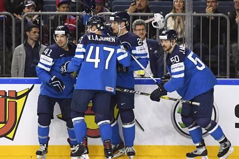 Suomen pelaajat juhlivat Joonas Kemppaisen (toinen oik.) tekemää maalia.