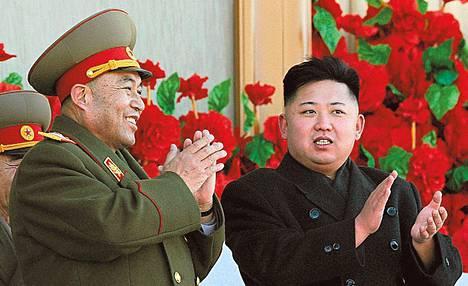 Pohjois-Korean johtaja Kim Jong-un ja erotettu yliesikuntapäällikkö Ri Yong-ho seurasivat sotilasparaatia helmikuussa.<BR/>