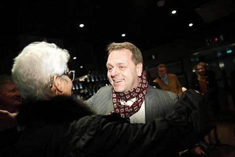 Jan Vapaavuori saa onnitteluhalauksen Paula Kokkoselta.