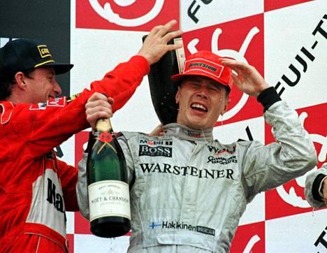 Eddie Irvine kaatoi kuohujuomaa Mika Häkkisen niskaan tämän voitettua kauden 1998 päätöskisan Suzukassa ja ensimmäisen maailmanmestaruutensa. Irvine oli kisassa toinen ja MM-sarjassa neljäs.