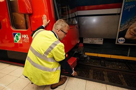 Metrojuna pysähtyi automaattiohjaukselle oikeaan kohtaan vuoden 2014 toukokuussa. Järjestelmätoimittaja Siemensin divisioonajohtaja Juha Lehtonen osallistui yölliseen testiin.