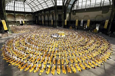 Sadat joogaajat kokoontuivat Grand Palais -näyttelykeskukseen Pariisissa.
