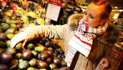 Miina Keto valitsi Mankkaan K-supermarketissa avokadoja, joita hänen perheensä syö lähes päivittäin. Kesällä perhe suosii kotimaisia hedelmiä, mutta talvisin herkutellaan mangoilla ja ananaksilla.