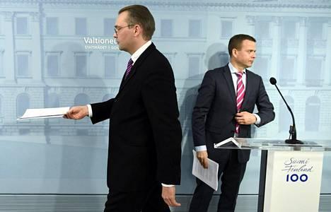 Puolustusministeri Jussi Niinistö (ps) ja valtiovarainministeri Petteri Orpo (kok) esittelivät puolustusselontekoa.