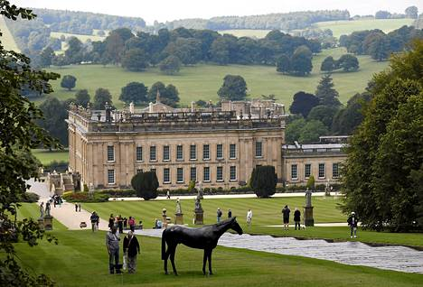 Sothebyn huutokauppa järjesti Chatsworthin linnan pihamaalla Bakewellissä Britanniassa suuren veistosnäyttelyn. Hevonen on taiteilija Mark Wallingerin luomus Musta Hevonen.