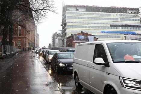 Autot jonottivat räntäsateessa Telakkakadulla keskiviikkona. Telakkakatua ja Hietalahdenrantaa remontoidaan parhaillaan.