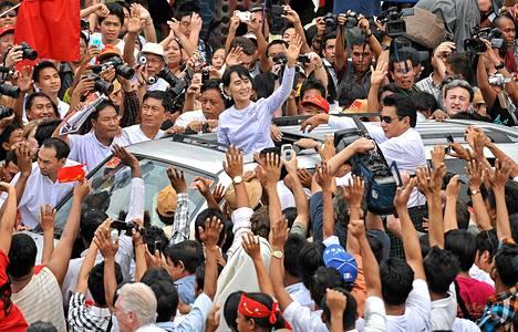 Myanmarin oppositiojohtaja Aung San Suu Kyi heilutti kannattajilleen Yangonissa maanantaina.