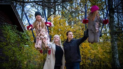 Heidi ja Jari Virkkula-Isoniitty antavat kotipihassa vauhtia tyttärilleen Milena Virkkulalle, 7, ja Inna Isoniitylle, 5. Kuusilapsisessa uusperheessä koronapandemia on jouduttu pohtimaa, sillä lapset viettävät aikaa yhteensä neljässä kodissa.