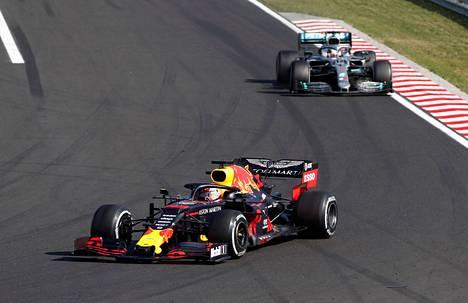 Lewis Hamilton (takana) jahtasi Max Verstappenia kymmeniä kierroksia. Lopulta britti pääsi hollantilaisen ohi muutama kierros ennen ruutulippua.