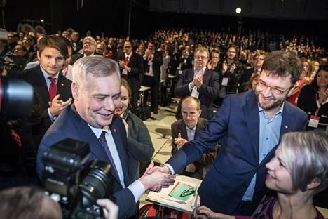 Antti Rinne (vas.) sai valintansa jälkeen onnittelut haastajaltaan Timo Harakalta ja vaimoltaan Heta Ravolainen-Rinteeltä.