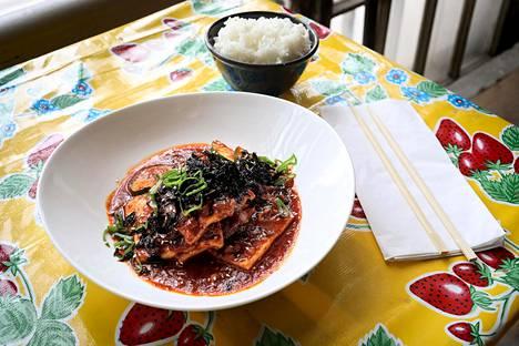 Korealaista tofua kasviksineen.