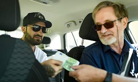 Kosrat Baki (vas.) uskoo, että uudistus laskee taksimatkojen hintoja. Lassi Sarvikivi olettaa hintojen nousevan etenkin viikonloppuöinä.