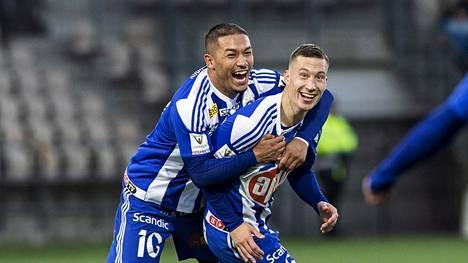 Moshtagh Yaghoubi (vas) juhli Juha Pirisen kanssa tämän tekemään maalia Veikkausliigan ottelussa HJK-VPS 7. lokakuuta.