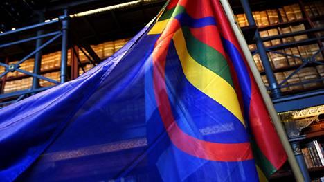 Saamen lippu saamelaisten oikeuksia käsittelevässä tapahtumassa Kansallisarkistossa Helsingissä viime vuoden helmikuussa.