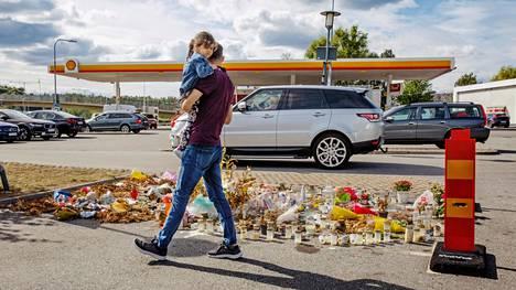 12-vuotias tyttö kuoli, kun häntä ammuttiin ohiajavasta autosta McDonald's-ravintolan pihalla Tukholmassa neljä viikkoa sitten. Ampumisesta epäiltyä ei ole saatu kiinni.