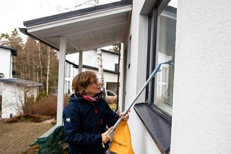 Kuivauslasta kannattaa välillä pyyhkäistä säämiskällä, jotta se ei jätä raitoja lasiin. Marttaliiton neuvonnan johtaja Teija Jerkku näyttää kuinka ikkunaa pestään.