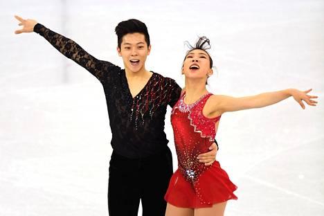 Alex Kang-chan Kam ja Kim Kyu-eun kilpailevat keskiviikkona pariluistelussa.