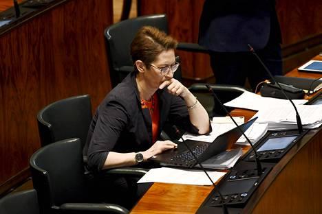 Kristillisdemokraattien puheenjohtaja Sari Essayah eduskunnan täysistunnossa Helsingissä 5. toukokuuta 2020.