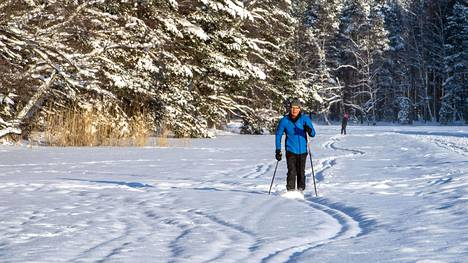 """Talvella Vesa Helkkula hiihtää ja luistelee Gallträskin jäällä, kesäisin hän ui, soutaa, meloo ja kalastaa järvellä. """"Gallträsk oli se syy, miksi muutin Kauniaisiin"""", hän sanoo."""