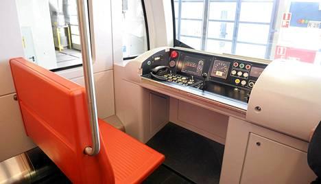 Kun metron automatisoinnista  päätettiin vuonna 2006, hankkeen oli määrä maksaa 70 miljoonaa euroa ja valmistua vuonna 2011. Hinta-arvio nousi nopeasti 115 miljoonaan. Kuvassa automaattiohjauksen ohjauspöytä ja kuskin penkki M300-sarjan metrojunan mallivaunussa.