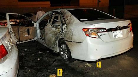 Itsemurhaisku lähellä Yhdysvaltain konsulaattia Saudi-Arabian Jeddassa vaurioitti ainakin yhtä autoa 4.7.2016.