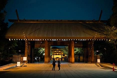 Tokiossa sijaitseva Yasukunin pyhäkkö on omistettu Japanin keisarin puolesta sodassa kuolleille. Pyhäköstä on tullut paikka, jossa äärioikeisto pitää mielenosoituksiaan. Pyhäkössä sijaitsee myös kiistanalainen sotamuseo.