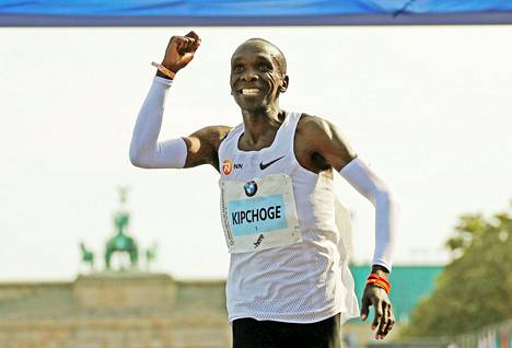 Kenialainen Eliud Kipchoge voitti Berliinin maratonin ja rikkoi samalla maratonin maailmanennätyksen.