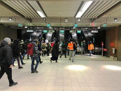 Metrossa on riittänyt matkustajia myös epidemian aikaan.