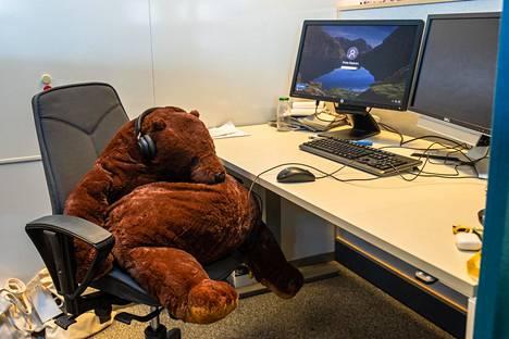 Pehmolelu ei sovi harmaaseen toimistomiljööseen.