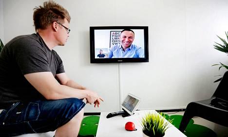 Mikael Nylund (vas.) ja Phillip Lindberg esittelevät Tellybean-yhtiön kehittelemää videopuhelupalvelua toimistossaan Helsingin Herttoniemessä.