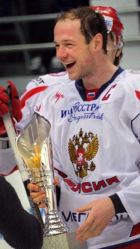 Venäjän kapteeni Ilja Nikulin ja Moskovan voittopokaali.