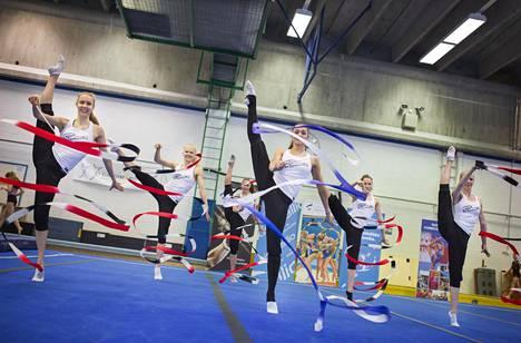 Rytmisen voimistelijat Kati Rantsi, Iina Linna, Ekaterina Volkova, Aino Purje, ja Riikka Kangas antoivat tyylinäytteen Myllypuron Liikuntamyllyssä ennen karsintoihin lähtöä.