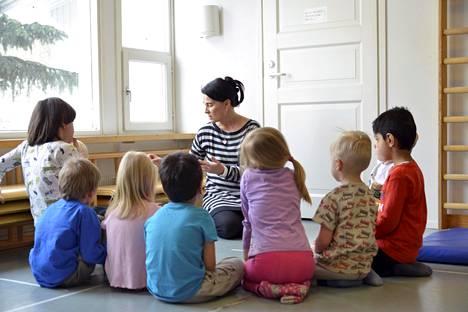 Lastentarhanopettaja Salla Sutinen ohjasi lapsia Rekolanmäen päiväkodissa Vantaalla keväällä 2018.