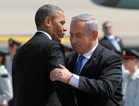 Yhdysvaltain presidentti Barack Obama ja Israelin pääministeri Benjamin Netanjahu (vas.) tervehtivät Ben Gurionin lentokentällä, jonne Obama saapui Washingtonista..