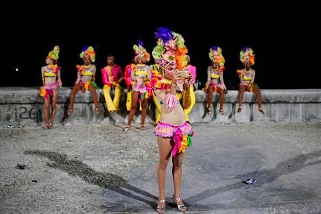 Kuubalaistanssija kuvaa itsensä ryhmänsä edessä Havannassa, jossa vietettiin karnevaalia elokuussa.