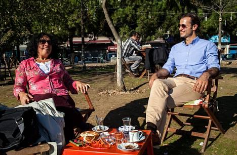 Turkkilaiset Aysun Ekinci ja Ugur Ildiz nauttivat elämästä kokoontumalla juomaan teetä rannalle Istanbulissa. Päämäärättömästä nautiskelusta käytetään Turkissa sanaa keyif.