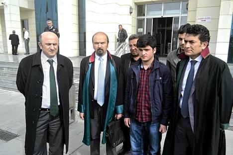 16-vuotias Mehmet Emin Altunses (2. oik.) kuvattiin perjantaina lakimiestensä ympäröimänä oikeustalon edustalla Turkin Konyassa.