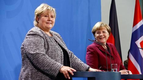 Saksan liittokansleri Angela Merkel (oik.) piti tiistaina Berliinissä tiedotustilaisuuden yhdessä Norjan pääministerin Erna Solbergin kanssa.