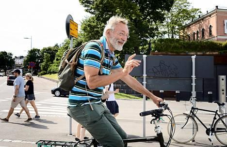 """Helsingissä torstaina pyöräilleen Rauli Parkkalin, 69, mielestä säännöt voisivat olla vapaammat. """"Jos ei jalkakäytävällä kukaan kulje ja jos hiljaa ajaa, niin ajaminen siellä on turvallista."""""""