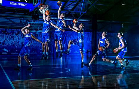 Suomen koripallomaajoukkueen MM-leiriryhmässä mukana ollut Carl Lindbom näytti donkkaamisen mallia Lohjan Kisakalliossa. Kuvakooste on otettu sarjavalotuksella ja yhdistetty yhdeksi kuvaksi.